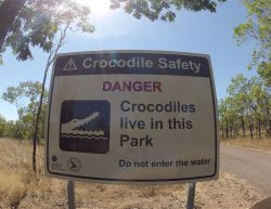 72 Australie. Panneau attention crocodiles dans le parc national de Kakadu